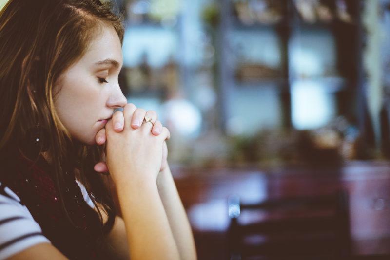 verzweifelte junge Frau